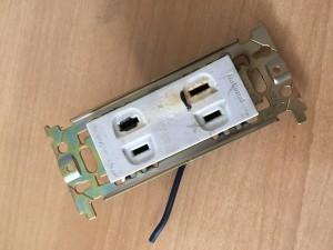 コンセント部分が溶けただけでよかったです。裏の配線まで溶ける可能性も高いので、美容室でワット数の高いドライヤーへと使用変更される場合は、まず、耐えられる電気容量の設計になっているかどうか、オーナー様は確認くださいね。