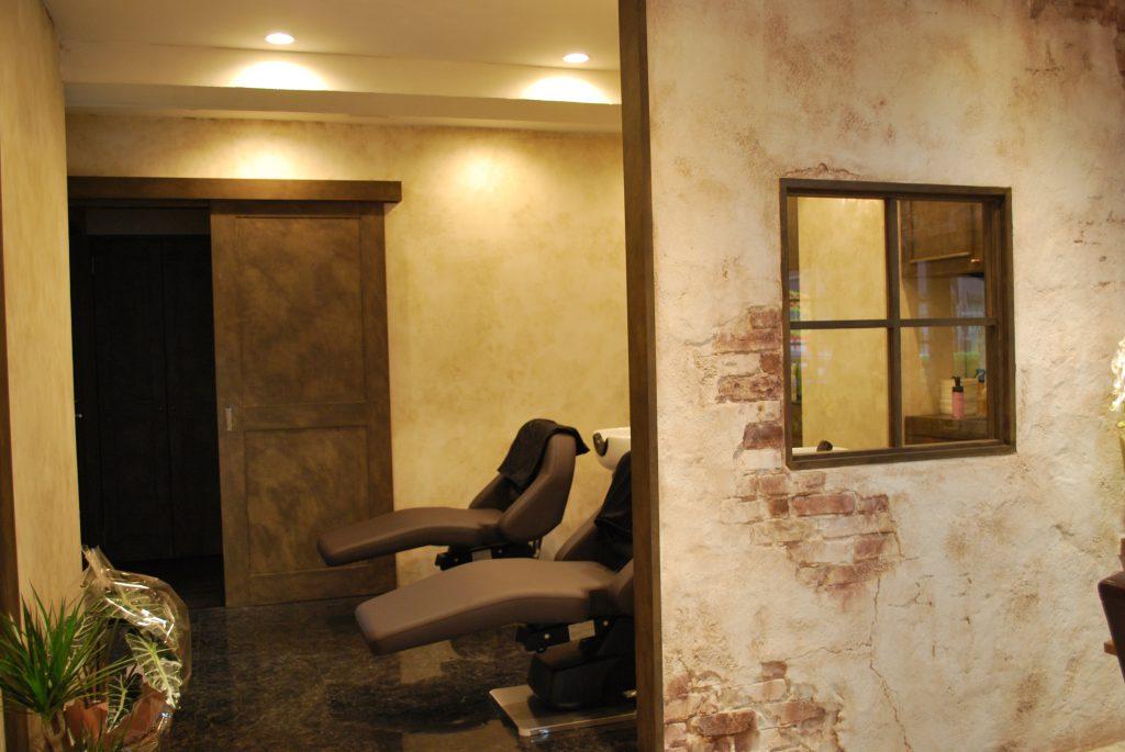 ゆらぎをうけとめる、大人向きの美容室店舗デザイン。特殊塗装技術が人の手でほどこされてます。