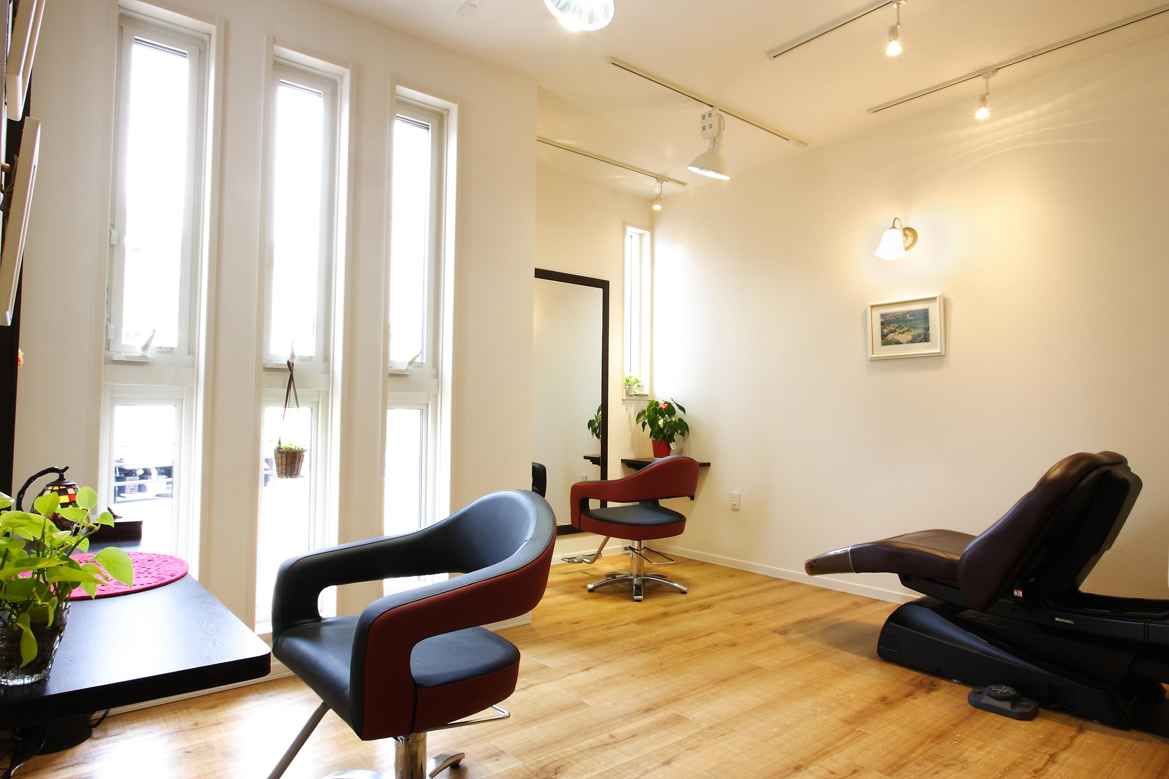 自然光を取り入れた住居兼美容室。みかんぐみ株式会社施工事例。