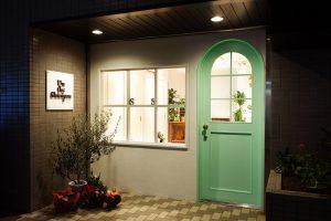 かわいいドアの美容室施工事例_みかんぐみ株式会社