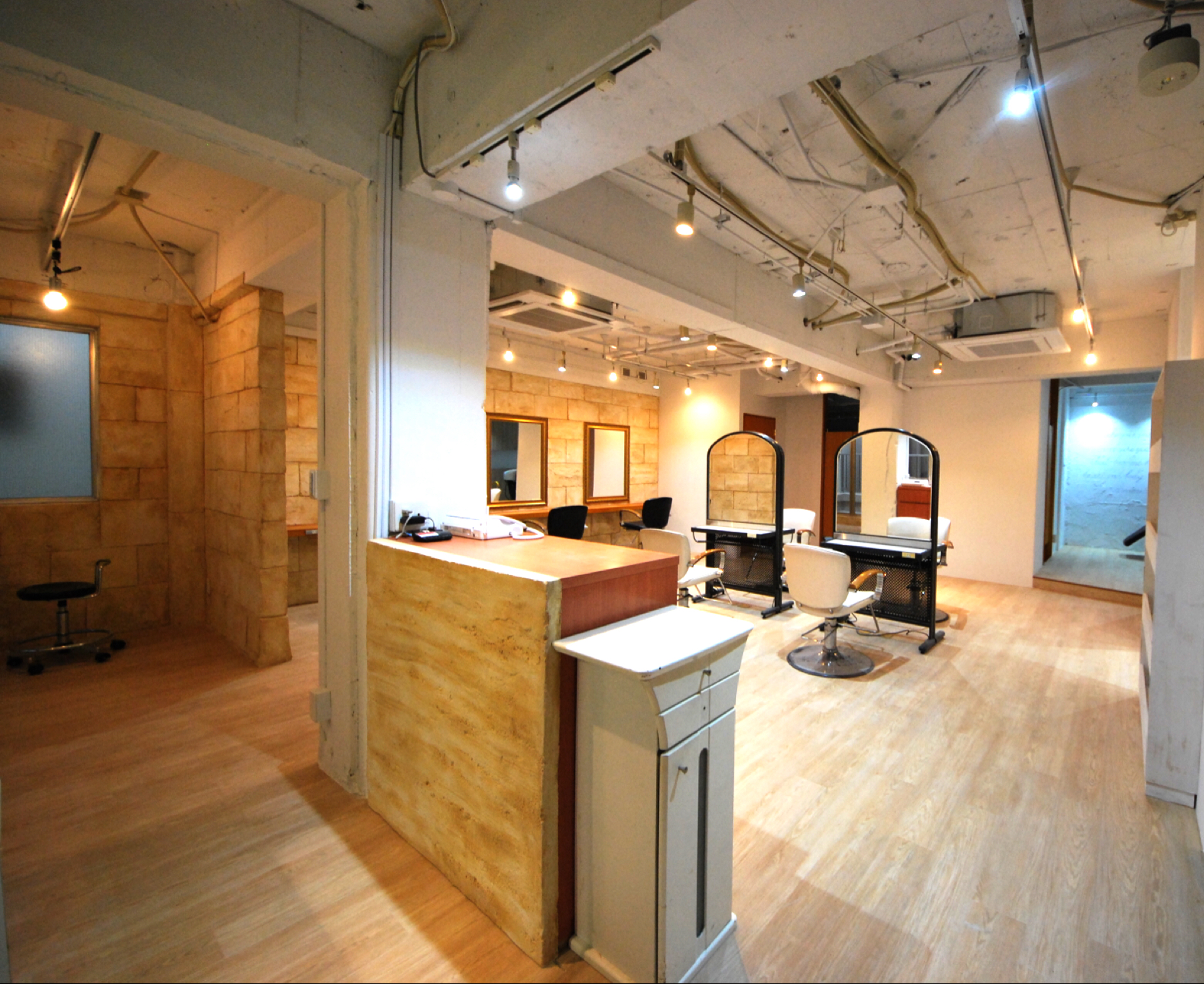 フリーランス美容師さんのためのシェアリングサロン・フランジ。藤沢店の様子です。