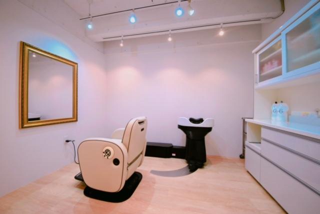 フリーランス美容師さんのための美容室frange藤沢では、あなた好みの壁や照明にできる個室をご用意しております。このとき、退店の費用はかかりません。独立開業と、フリーランスで個室をかりるときのちがいも、ここにあります。
