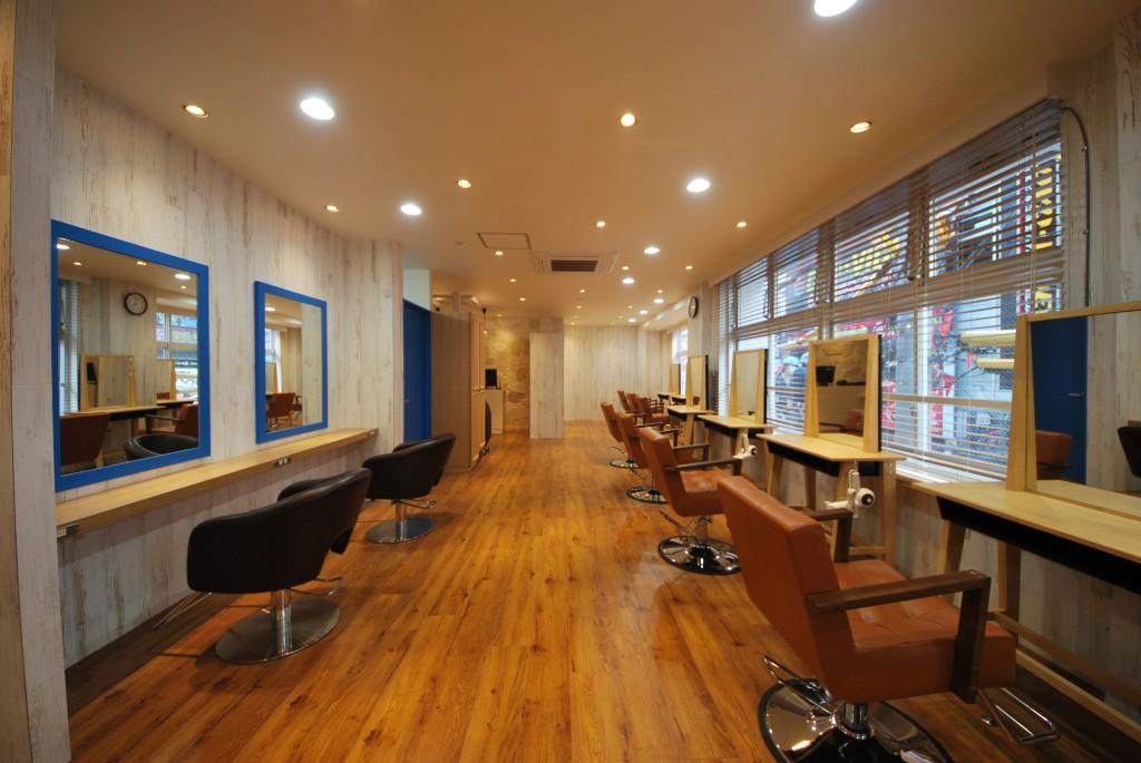 ビーチリゾートがテーマの美容室施工事例写真です。この写真は駅前商業ビルに入居された大型店さんです。