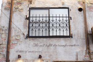 お客様へお伝えしたい想いを、壁にデザイン文字で刻んでおられます。