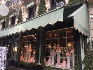 パリの、高級マカロン屋さん、ラデュレのようなお店にしてほしいとご依頼をうけたとき、その本店を知っていたのは設計担当だけでした。わたし、初めてみてきました。