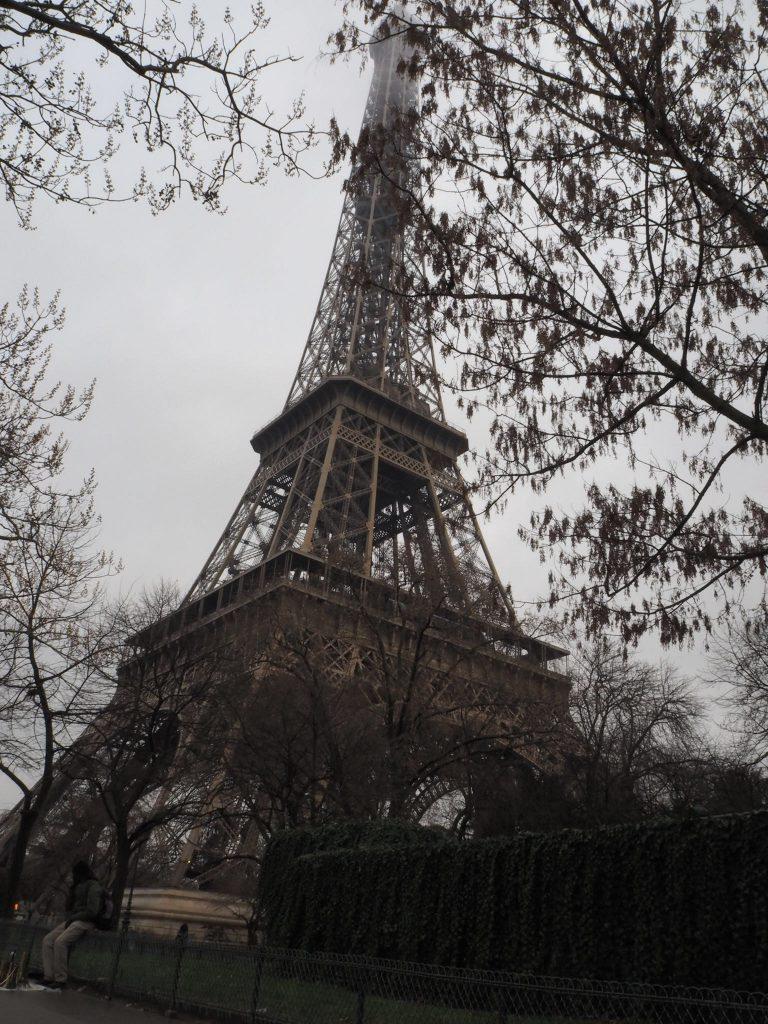 下から見上げると高いですが、一歩づつ階段をのぼってゆくことができます。冬のパリのエッフェル塔。